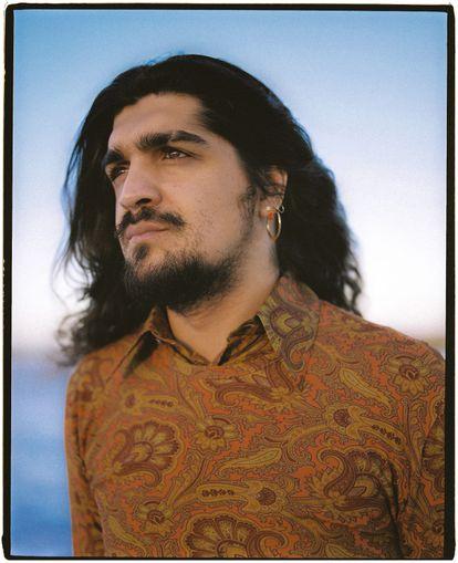 El cantautor Israel Fernández viste camisa y camiseta Etro.
