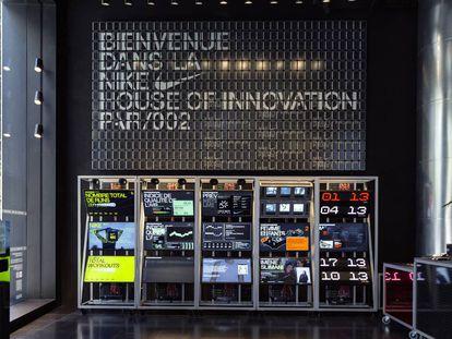 En la House of Innovation de París nos recibe el Arena, un espacio planteado por un lado como lugar de encuentro para los amantes del deporte y, por otro, como punto de información sobre nuevos modelos, materiales y tecnologías empleados por la marca en cada temporada.
