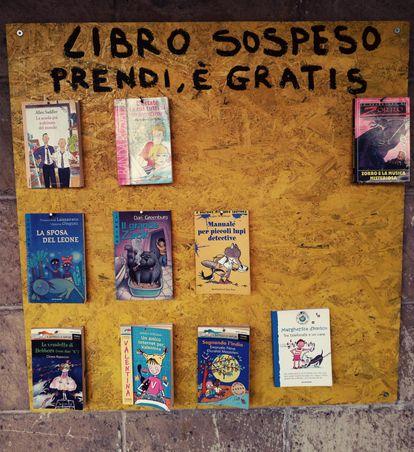 El tablón de los libros suspendidos.