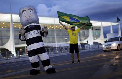 Una botarga de Lula como preso tras su detención esta mañana.