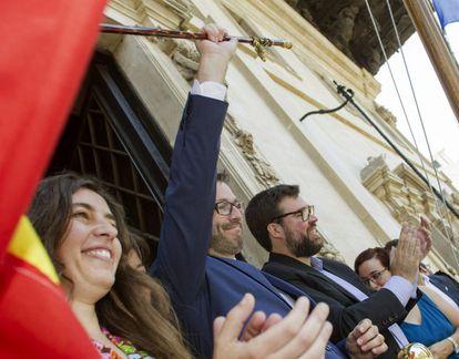 El socialista José Hila saluda desde el balcón del consistorio tras ser investido alcalde de Palma en octubre de 2019.