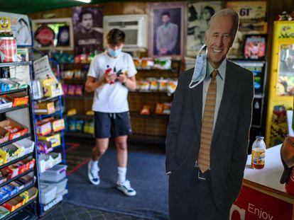 Una figura de cartón del candidato Biden, con una mascarilla, en una tienda de Pensilvania.
