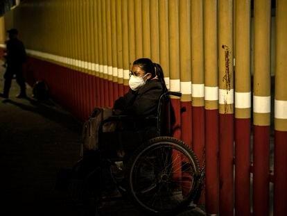 La señora Yesenia se encuentra a las afueras del Hospital General Eduardo Liceaga de la Ciudad de México en espera de información de su padre, quien lleva dos semanas hospitalizado por complicaciones respiratorias y pulmonares.