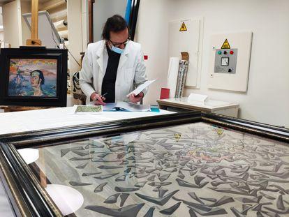 Revisión previa a la salida de las obras de la Fundación Dalí hasta el museo de Trento, en concreto dos, 'Autorretrato cn cuello rafaelesco' y 'La ascensión de Santa Cecilia'.