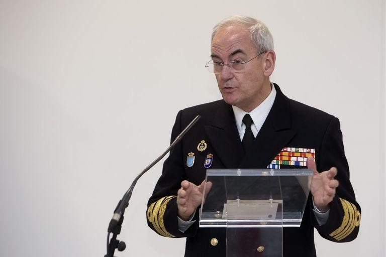 El jefe del Estado Mayor de la Armada, almirante Teodoro López Calderón, durante su encuentro con la prensa.