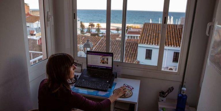 Una mujer trabaja en su casa.