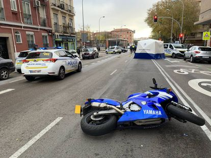 La moto, tirada en el lugar del accidente.