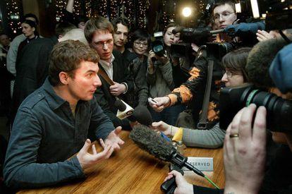 Ivan Shapovalov, el hombre que creó a las t.A.T.u., durante una entrevista con los medios rusos en enero de 2005.