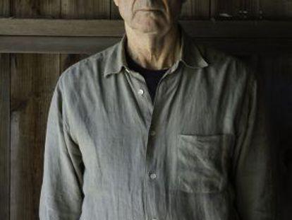 Imagen del escritor Philip Roth posando en su casa en Warren Conn.