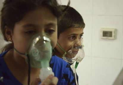 Niños afectados por un ataque químico, según los rebeldes sirios, en el barrio de Saqba el pasado 21 de agosto.