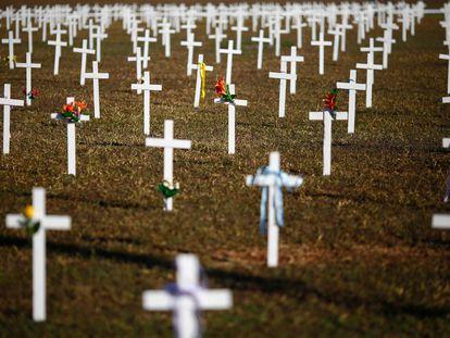 Instalación de 1.000 cruces frente al Congreso en Brasilia, en una protesta contra el presidente brasileño Jair Bolsonaro.