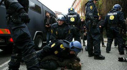 La policía detiene a manifestantes que iban a acudir a una marcha de protesta por la falta de resultados de la cumbre en Copenhague.