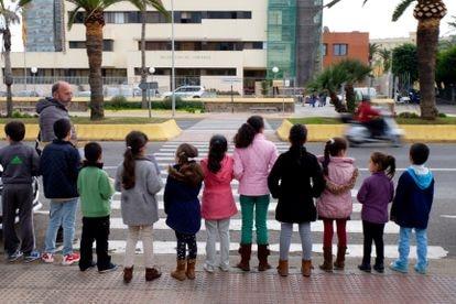 Un grupo de niños protestan frente a la Delegación de Gobierno en Melilla pidiendo ir al colegio.