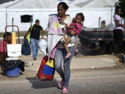 La localidad fronteriza de Paracaima se divide entre el miedo de los refugiados y la indignación de sus ciudadanos, que se quejan del aumento de la inseguridad y un colapso de los servicios públicos