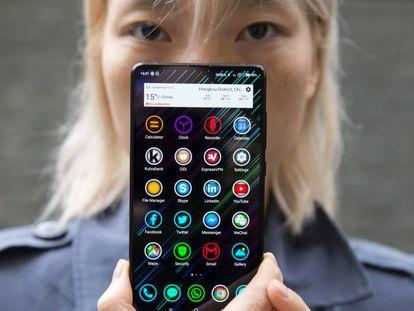 Una usuaria china muestra un Xiami MIx 2S.