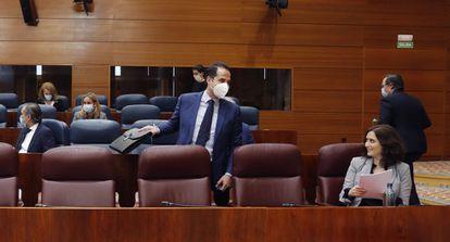La presidenta de la Comunidad de Madrid, Isabel Díaz Ayuso conversa con el vicepresidente, Ignacio Aguado, durante el pleno en la Asamblea de Madrid el 29 de abril, con un único punto del orden del día: la comparecencia de la presidenta para informar sobre la pandemia del coronavirus.