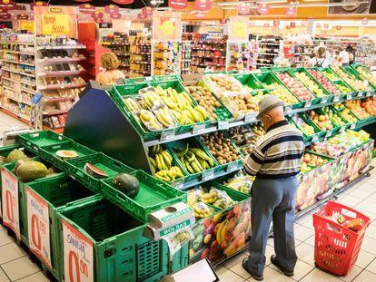 Un señor en la sección de frutería de un supermercado, en una imagen de archivo.