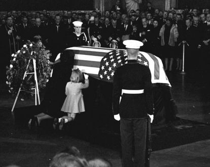 Jacqueline Kennedy y su hija Caroline besan el ataúd del presidente John F. Kennedy durante su funeral, el 24 de noviembre de 1963.