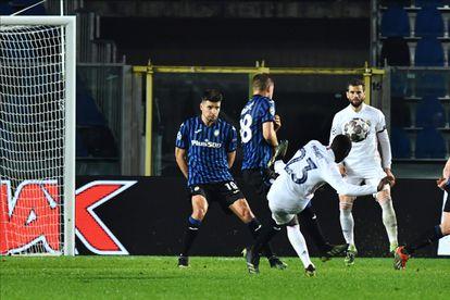 Mendy chuta para marcar su gol ante el Atalanta este miércoles en Bérgamo.