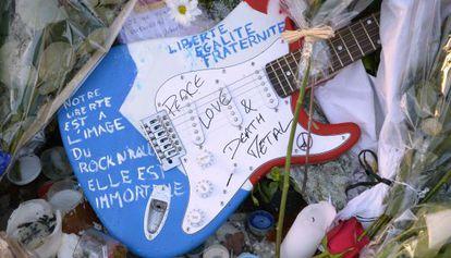 Una guitarra con mensajes por la libertad o la paz, a la puerta de la sala Bataclan, uno de los escenarios de los atentados del 13-N.
