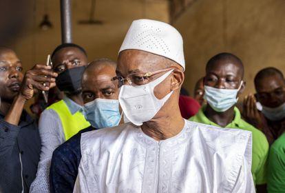 El líder opositor Cellou Dalein Diallo instantes antes de votar en su colegio electoral de Conakry el pasado domingo 18 de octubre.
