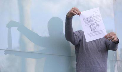 Un empresario sujeta una de las cartas de extorsión que recibió de ETA.