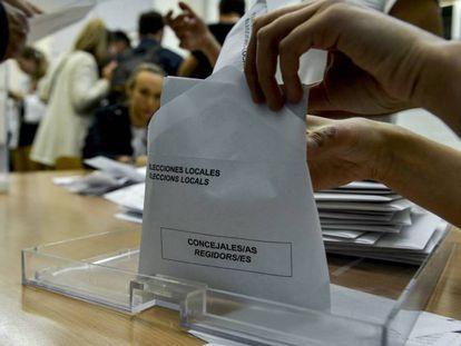 Recuento de votos de las elecciones locales en un colegio de Girona el 26 de mayo de 2019.