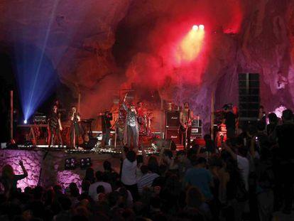 La banda británica Crystal Figthers, durante su actuación en las cuevas de Zugarramurdi.