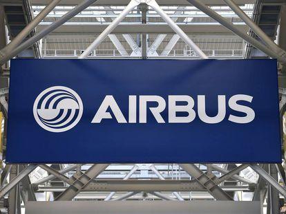Un cartel de Airbus en una factoría en Francia