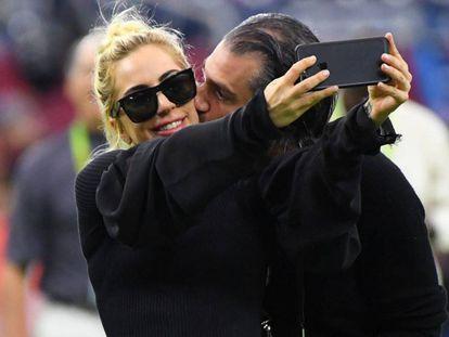 Lady Gaga y Christian Carino, durante el Super Bowl en febrero de 2017.