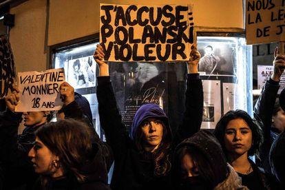 """Imagen de la protesta contra el director de cine francopolaco, en la que una mujer porta un cartel con el mensaje """"Yo acuso, Polanski violador""""."""