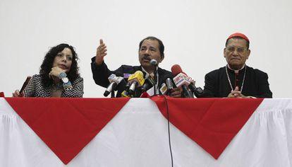 Ortega (centro), en 2009, escoltado por Murillo y Obando.