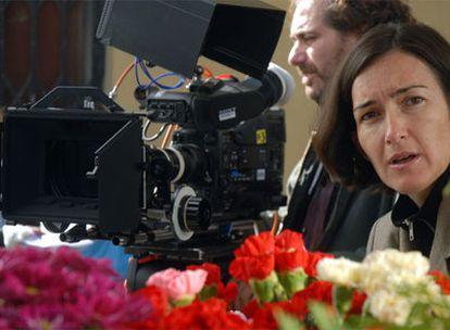 La actual ministra de Cultura, Ángeles González-Sinde, en su faceta de directora, durante el rodaje de su película <i>Una palabra tuya.</i>