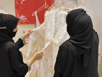 Dos mujeres en una tienda saudí.