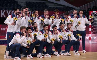 España recibe el bronce en balonmano durante los Juegos Olímpicos de Tokio 2020. EFE/EPA/TATYANA ZENKOVICH