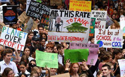 Miles de jóvenes australianos marcha en la protesta convocada este viernes en Sídney.