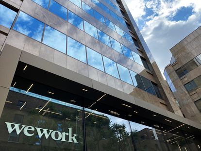 El logo de la empresa WeWork, en un edificio en Londres en julio.