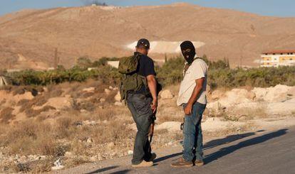 Milicianos aguardan órdenes en una carretera de Ersal.