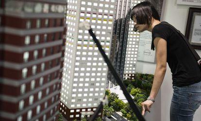 Una joven inspecciona las maquetas de los diferentes edificios estándar que construye BSB.
