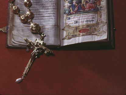 La Biblia y el rosario de María I de Escocia (1542-1587), expuestos en el castillo de Arundel, en una imagen de 1968.
