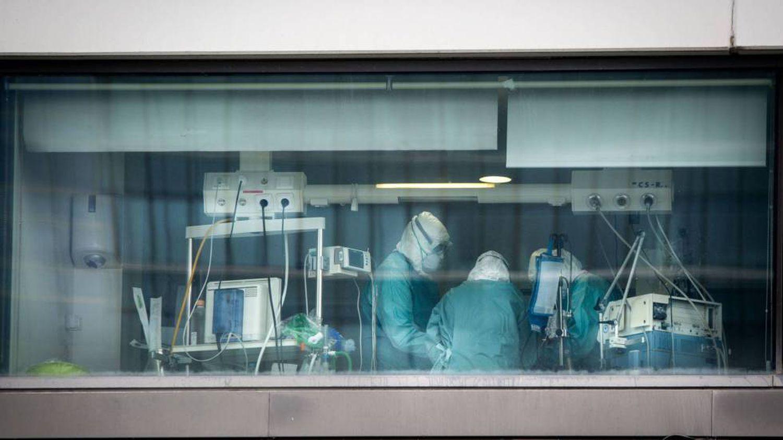 Personal sanitario en la UCI del Hospital La Paz de Madrid.