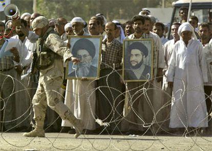 Manifestantes chiíes piden en Baquba, a 80 kilómetros de Bagdad, la liberación de su líder, Abdul al Madahi.