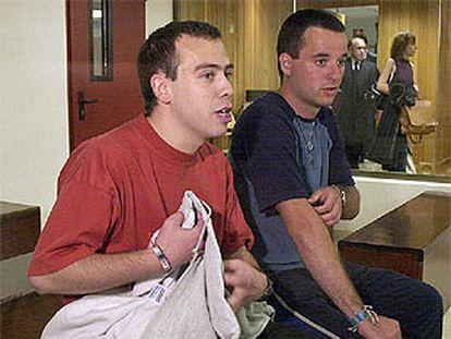 Asier Carrera (a la derecha de la imagen) y Luis Mariñelarena, en la primera jornada del juicio por el asesinato del socialista Fernando Buesa.