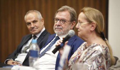 El director de EL PAÍS Antonio Caño, el presidente Juan Luis Cebrián y la filósofa Amelia Valcárcel este jueves en el Instituto Tecnológico de Estudios Superiores de Monterrey (México).