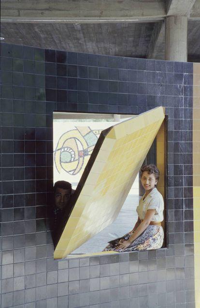 Dos estudiantes posan en 1959 en un panel de azulejos ubicado en la plaza central.  