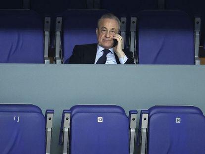 Florentino Pérez, el pasado mes de febrero, atiende a un partido de baloncesto del Real Madrid en Madrid.