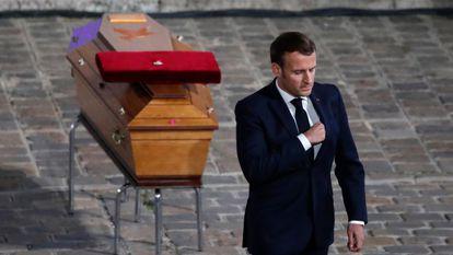 Emmanuel Macron ante el ataúd de Samuel Paty, el profesor decapitado el 16 de octubre por un terrorista islamista.