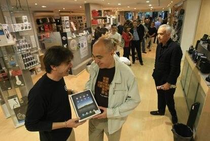 Compradores de iPad en una tienda de Barcelona.