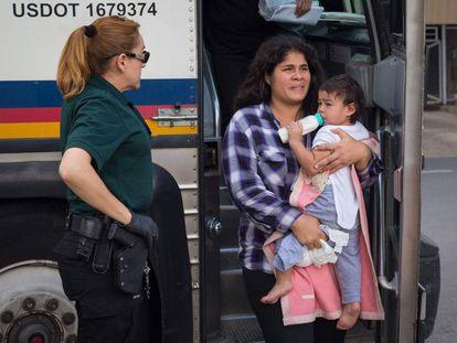 Una madre migrante con su hija en McAllen, Texas.