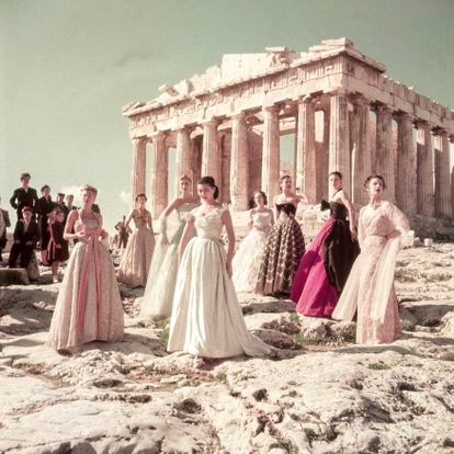 En el Partenón de Atenas, Christian Dior retrató los vestidos de su colección de alta costura otoño/invierno 1951. Bautizados con nombres de países (Inglaterra, Perú, Grecia, Francia o México, entre otros), formaban parte de la línea Longue.